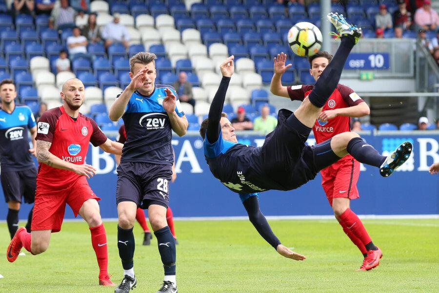 Der Zwickauer Jonas Acquistapace bei einem Fallrückzieher. Die Zwickauer haben am Samstag gegen den SV Wehen Wiesbaden verloren.