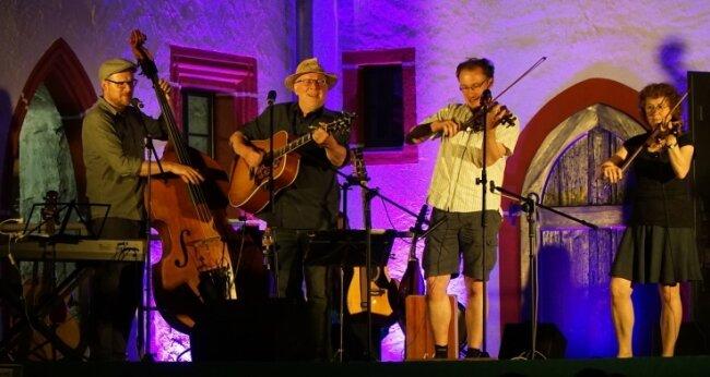 Die Fiddle Folk Family ist bei treuen Miskus-Besuchern keine Unbekannte. Am 17. Juli ist sie bei Folk im Kloster Buch zu erleben.