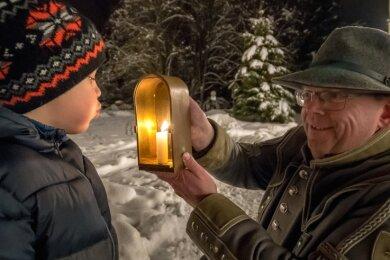Das Ausblasen der symbolischen Kerze übernimmt im Kurzfilm Hugo, der achtjährige Sohn von Udo Brückner.
