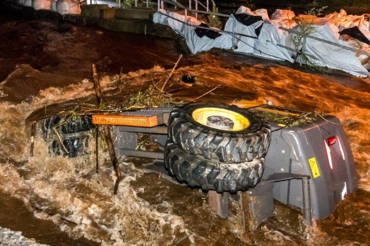 An der Marienberger Straße in Pockau wurde ein Bagger von den Fluten der Schwarzen Pockau ins Flussbett gerissen.