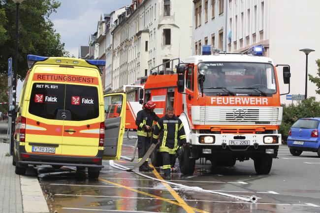 Es waren 28 Feuerwehrleute, acht Einsatzfahrzeuge, ein Notarzt- und zwei Rettungswagen vor Ort.