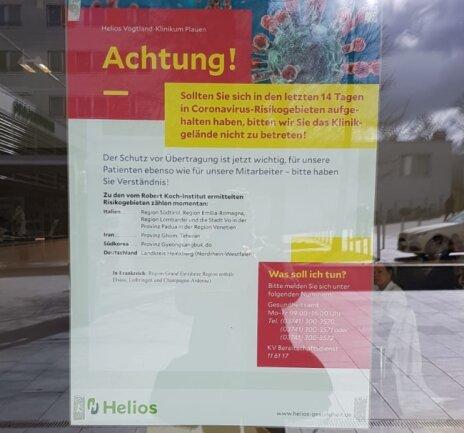 Das Helios Vogtland-Klinikum informiert am Eingang in Sachen Corona.