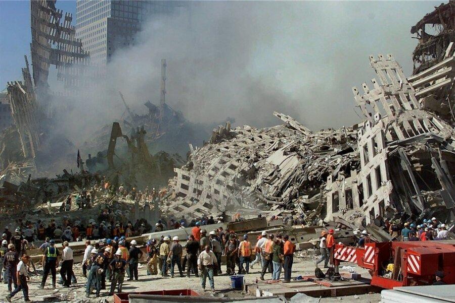 Zwei Tage nach den Anschlägen in New York: Rettungskräfte setzen ihre Suche nach Opfern fort, während Rauch aus den Trümmern des World Trade Centers in Manhattan aufsteigt.