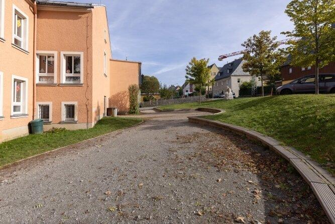 Wenig einladend zum Spielen: der mit scharfen Schottersteinen gespickte, nicht eingezäunte Pausenhof der Grundschule Scheibenberg.