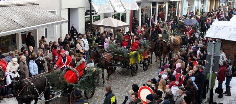 Der Märchenumzug zum Auerbacher Weihnachtsmarkt lockte am Sonntag viele Besucher in die Innenstadt.