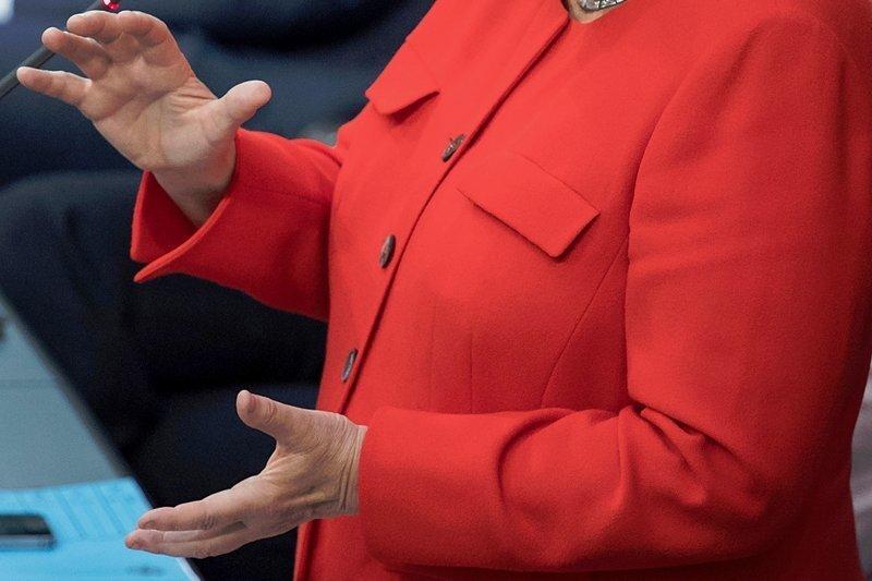 Die Hände der Kanzlerin bei der Fragestunde im Bundestag. Es geht um Klima-, Handels- und Flüchtlingspolitik, um steigende Mieten und eine EU-Reform. Thematisch gab es keine Vorgaben.