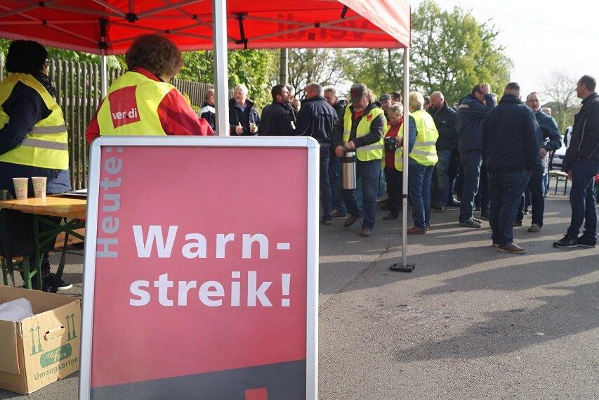 Die Streikenden trafen sich auf dem Busparkplatz in der Nähe des Hauptbahnhofs.