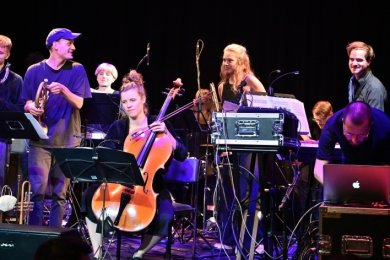Die Bühne war fast etwas zu klein für das zwölfköpfige Philipp-Rumsch-Ensemble am Donnerstagabend im Weltecho.