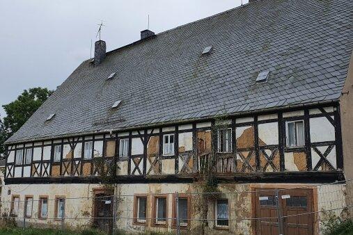 """Seit Jahren verfällt das """"Erbgericht"""" in Falkenbach. Nach der Klärung juristischer Fragen könnte sich nun eine Lösung anbahnen."""