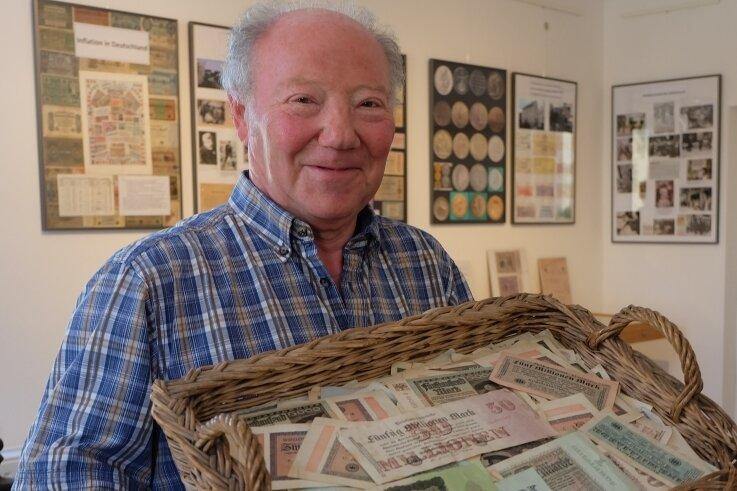 Mit Körben wurde das Geld in der Inflationszeit von 1919 bis 1923 von den Banken abgeholt und als Lohn ausgezahlt. Günter Gränitz hat dazu an einer Sonderschau in der Leukersdorfer Heimatstube mitgewirkt.
