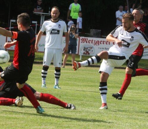 Die Entscheidung in der 69. Minute: Dominique Steinbach (rechts) macht mit seinem Treffer zum 3:0 den Pokalsieg für den gastgebenden SC Syrau klar.