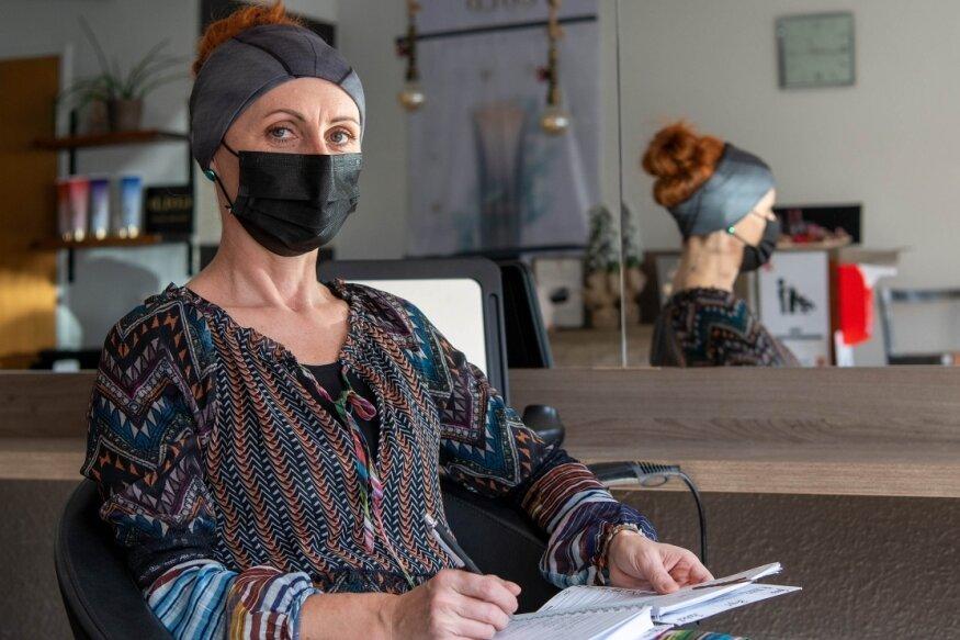 Birgit Liebers kann am Montag wieder ihren Friseursalon in Rochlitz öffnen.