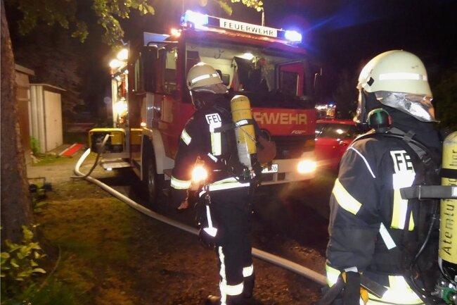 Mit Atemschutzausrüstung drangen Feuerwehrleute nach den ersten Löschangriffen bis ins zweite Obergeschoss des Hauses vor.