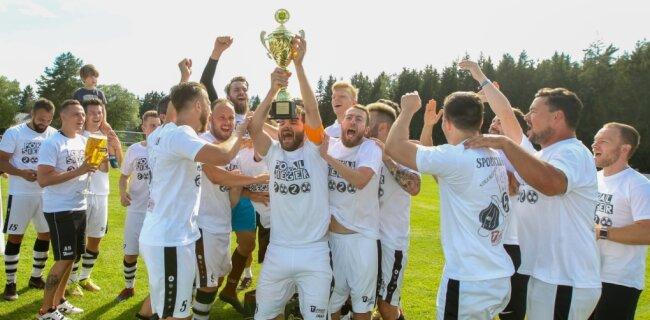 Da ist das Ding: Kapitän Clemens Zierold und seine Teamkameraden vom SC Syrau haben am Samstag zum fünften Mal nach 2015, 2016, 2017 und 2018 den Vogtlandpokal gewonnen. Am Samstag nahm die Mannschaft dem Vorjahressieger SG Rotschau die Trophäe wieder ab.