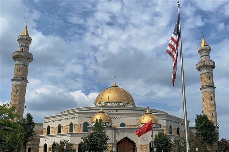 Hinter der amerikanischen Flagge: Das Islamic Center of America an der Ford Road der Autostadt Dearborn mit seinen beiden eindrucksvollen Minaretten ist die größte Moschee der USA.