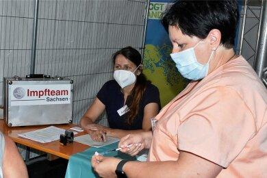 Impfärztin Katja Heinicke und Schwester Diana Möckel (rechts) waren am Wochenende beim Impf-Sondertermin in der Vogtland-Arena im Einsatz. Das Angebot nahmen in den drei Tagen nur 14 Besucher an.