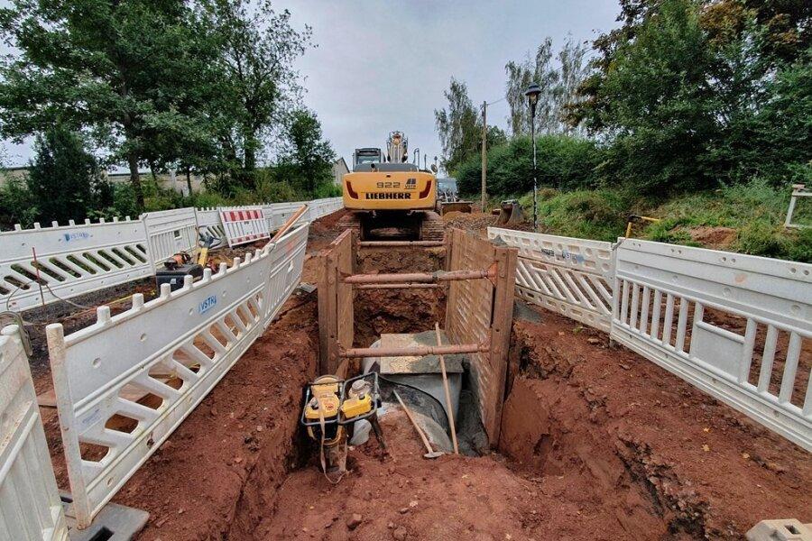 """Gräben, wohin man schaut. Im Bereich der Gabelsbergerstraße in Reinsdorf buddeln die Bagger. Bis Ende nächsten Jahres wird gebaut, um die Anbindung ans Gewerbegebiet """"Kirchstraße"""" zu verbessern."""