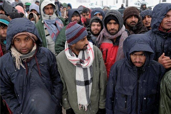 Bewohner des niedergebrannten Camps Lipa. Insgesamt leben rund 8500 Migranten in Bosnien - einem Land mit 3,5 Millionen Einwohnern.