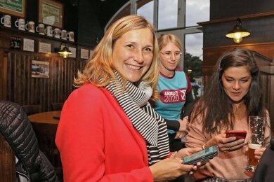 Die neue Oberbürgermeisterin Constance Arndt (BfZ) verfolgt die Auszählung am Smartphone.