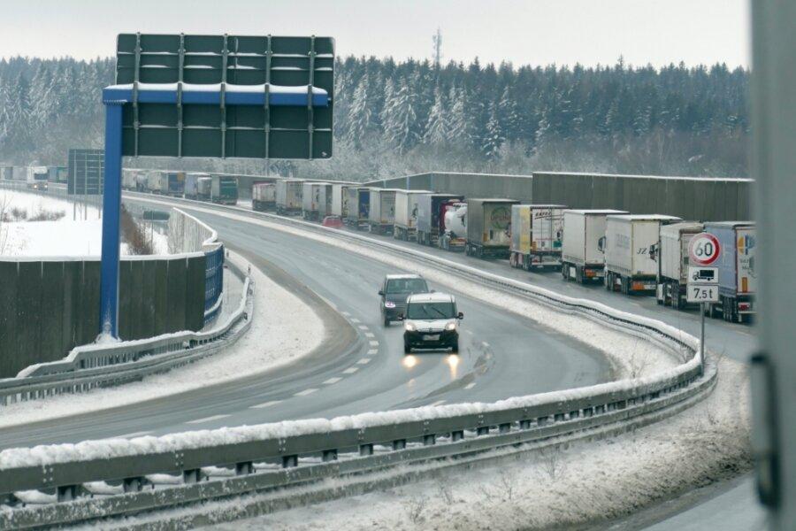 Auf der Bundesstraße 174 bildete sich in Richtung Marienberg auf der rechten Spur ein kilometerlanger Stau, der von Chemnitz bis zur Abfahrt Amtsberg reichte.