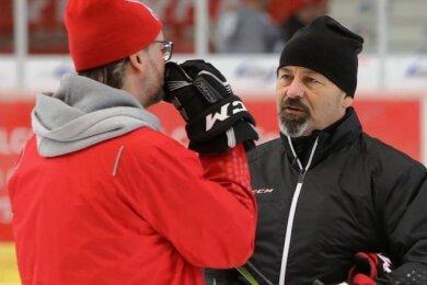 Daniel Naud (r.) bleibt Trainer des Eishockey-Zweitligisten Eispiraten Crimmitschau.