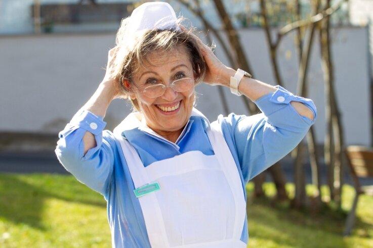 Heute vor 50 Jahren begann Gisela Simon ihre Tätigkeit als Krankenschwester im Plauener Krankenhaus. Damals trug sie noch ein hellblaues Kleid mit weißer Schürze und eine Haube auf dem Kopf.
