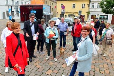 Anlässlich des Weltfriedenstages feierten Mittelsachsens Linke am Dienstag auf dem Frankenberger Markt ein Fest. Die Kreisvorsitzende Marika Tändler-Walenta (vorn rechts) hatte dazu auch die scheidende Bundesvorsitzende Katja Kipping (vorn links) eingeladen.