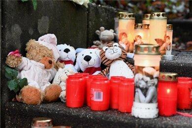 Teddys und Kerzen für die Kinder von Solingen. Ihre Mutter hatte sie getötet, anschließend wollte sie sich selbst umbringen.