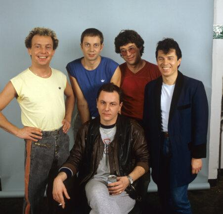 Die bayerische Rockgruppe Spider Murphy Gang um Drummer Franz Trojan (vorne sitzend), aufgenommen nach einem Auftritt in «Thommy's Pop Show».
