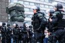 Polizisten sichern eine Demonstration der rechten Szene vor dem Karl-Marx-Monument am 27. August. Auf dieser Demo zeigte ein 49-Jähriger den Hitlergruß, nun wurde er verurteilt.