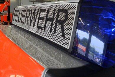 Ein Brand an der Hauptstraße in Großschirma hat am Freitag die Feuerwehr auf den Plan gerufen. Ein Nebengelass und zwei Garagen wurden zerstört.