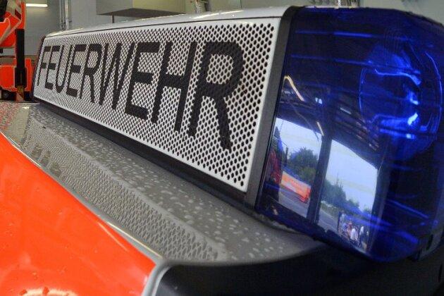 Auerswalder Blick: Feuerwehr löscht Autobrand