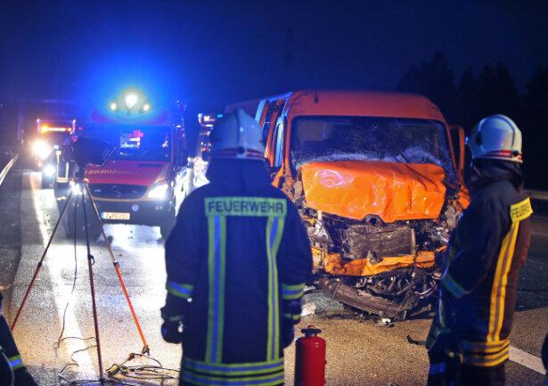 Am Dienstagmorgen sind bei einem Unfall auf der A4 vier Personen schwer verletzt worden.