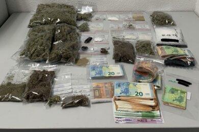 Bei den Durchsuchungen am Mittwoch stellten die Ermittler Drogen, Waffen und Bargeld sicher.