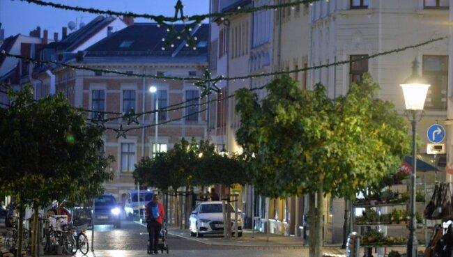 Die Festbeleuchtung für den Advent wird bereits in der Freiberger Altstadt installiert.