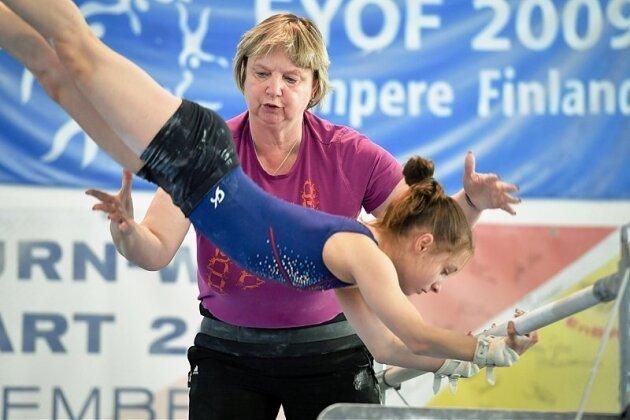 Die Chemnitzerin Gabi Frehse - auf dem Foto mit Theresa Geyer - arbeitet seit vier Jahrzehnten als Trainerin.