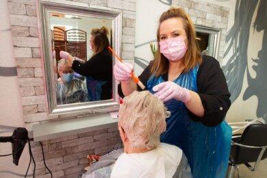 Endlich wieder Haare schneiden: Doreen Kreil ist glücklich, dass ihre Kunden den Schnelltest für einen Friseurbesuch in ihrem Plauener Salon auf sich nahmen.