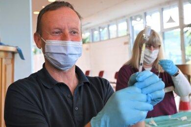 Notfallsanitäter Jörg Schwerdt zieht eine Spitze auf.