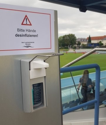 Schon in den Testspielen hingen im Mittweidaer Stadion Desinfektionsspender.