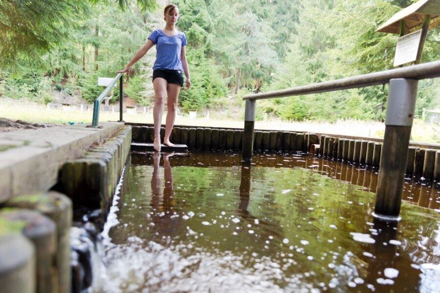 Müde Füße und Beine finden in Wassertretbecken Entspannung.