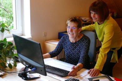 Ihre Nachfolgerin Bianca Maneck schaut Petra Treppte im LV-90-Büro über die Schulter.