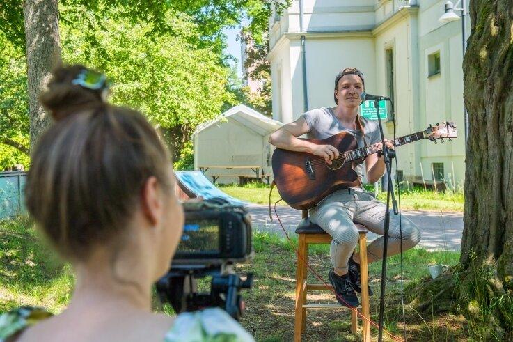 Im Jugendzentrum Punkt-West sang und spielte Nicolas Küttler alias Nicolaz seit Monaten wieder vor Publikum. Aber Kamerafrau Julia Schneider filmte den Auftritt, damit er im Internet angeschaut werden kann.