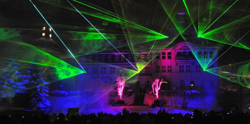 """<p class=""""artikelinhalt"""">Eine farbenprächtige Lasershow vor der Kulisse des 1914 eingeweihten Rathauses bildete den Abschluss der Begrüßungsparty.</p>"""