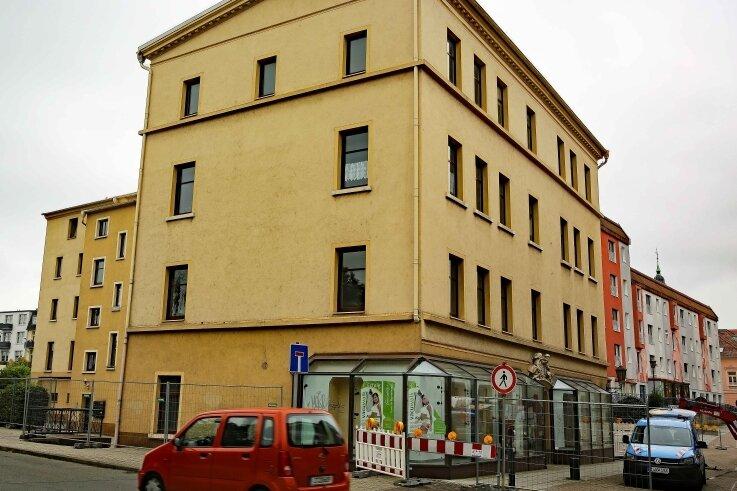 Das Gebäude wenige Tage vor seinem Abriss. Zwischen den Schaufenstern ist das Relief sichtbar.