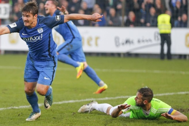 Benjamin Girth bejubelt seinen zweiten Treffer, CFC-Kapitän Marc Endres liegt am Boden.