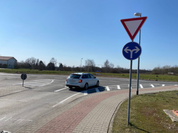 Die Umbauarbeiten am Kreisverkehr Hohe Straße/Guteborner Allee im Meeraner Gewerbegebiet sind abgeschlossen worden.