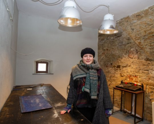 Projektleiterin Melanie Müller in der künftigen Druckwerkstatt - das Atelier befindet sich ganz oben im Turmhaus.