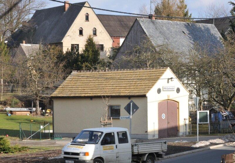 Die Tage des alten Feuerwehrgerätehauses im Großschirmaer Ortsteil Seifersdorf sind gezählt. Noch in diesem Jahr soll an gleicher Stelle mit dem Bau eines modernen und deutlich größeren Depots begonnen werden. Dann erhalten die Feuerwehrleute auch einen ordentlichen Aufenthaltsraum.