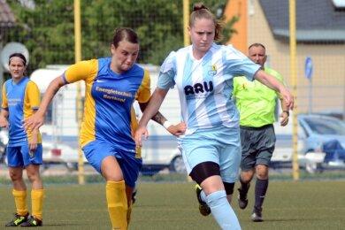 Auf Torejagd: Celine Rehwagen (r., hier noch im CFC-Trikot) ist ein Eckpfeiler der neuen Spielgemeinschaft Lichtenberg/Lockwitzgrund. Die 19-jährige Eppendorferin spielte im Nachwuchsbereich für den Chemnitzer FC, ehe sie vor zwei Jahren nach Lichtenberg wechselte.
