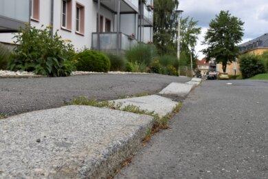 Der Fußweg an der Turmstraße ist wellig. Die Borden, teils bis auf Fahrbahnniveau eingesunken, erweisen sich als Stolperfallen.